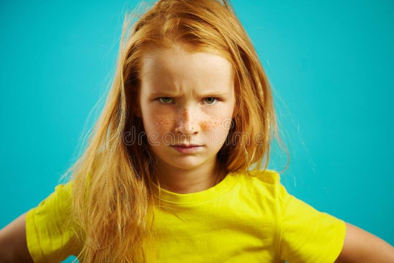Porträt des verärgerten Kindermädchens mit gepflogenen Augenbrauen, Unzufriedenheit oder Widerspruch ausdrückend, zeigt stockbild
