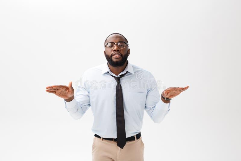 Porträt des verärgerten oder gestörten jungen Afroamerikanermannes im weißen Polohemd, welches die Kamera mit missfallen betracht stockfotos