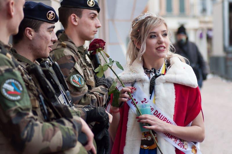 Porträt des Verlustes des Karnevals in der Hand sprechend mit Militärleuten mit einer roten Rose stockfotos