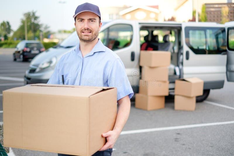 Porträt des Vertrauenseilkuriers und des Lieferwagens lizenzfreie stockbilder