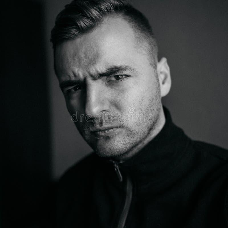 Porträt des verwegenen jungen Mannes stockfotografie