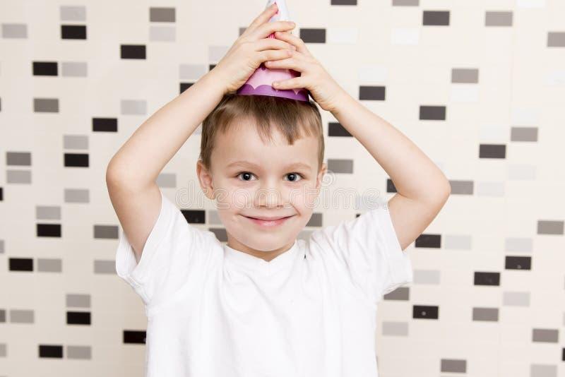 Porträt des weißen Jungen in der festlichen Kappe Junge lächelt für seinen Geburtstag lizenzfreie stockfotos