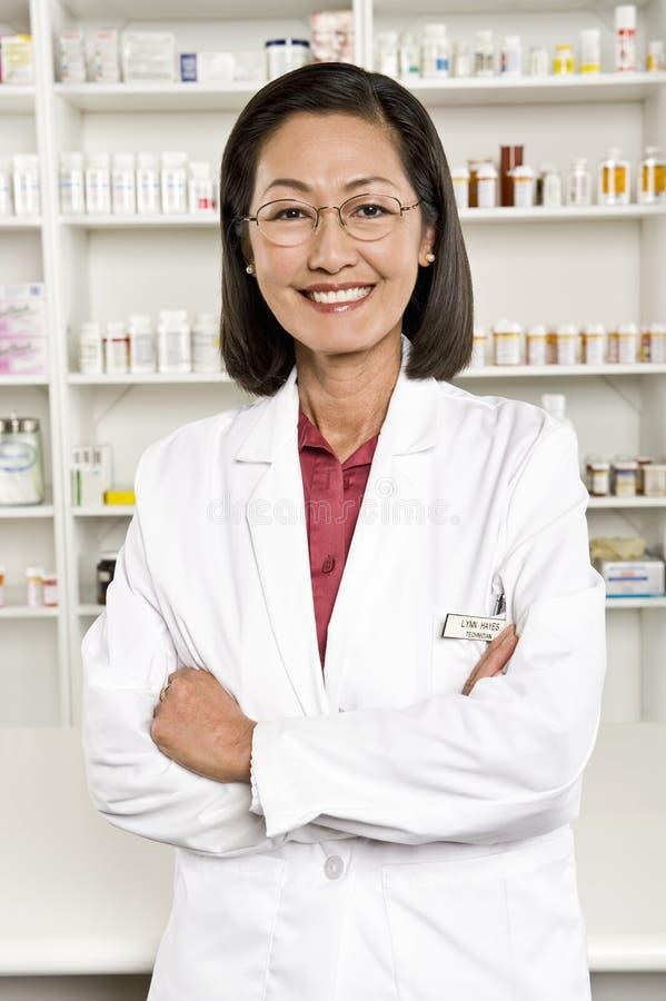 Porträt des weiblichen Apothekers Smiling stockbilder