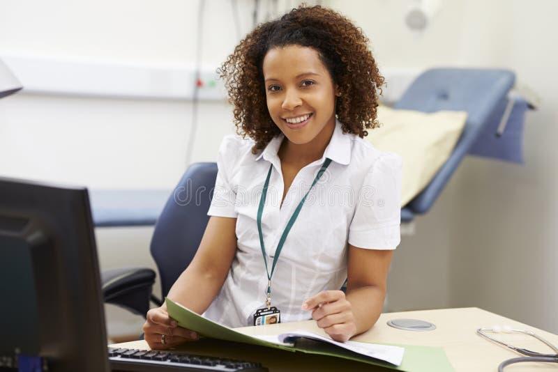 Porträt des weiblichen Beraters Working At Desk im Büro lizenzfreie stockfotos