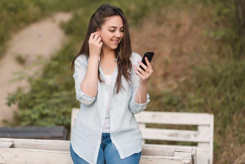 Porträt des weiblichen Hochschulstudenten Outdoors On Campus stockfoto