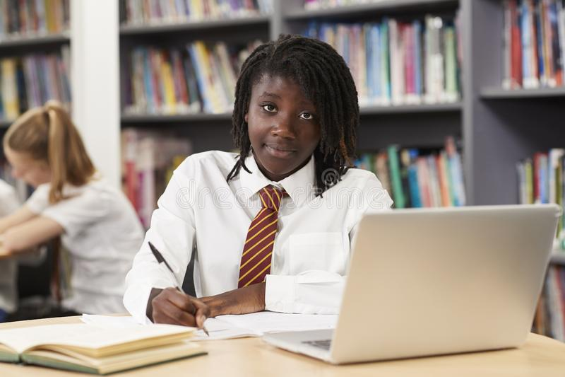 Porträt des weiblichen hohen Schülers Wearing Uniform Working A stockbild