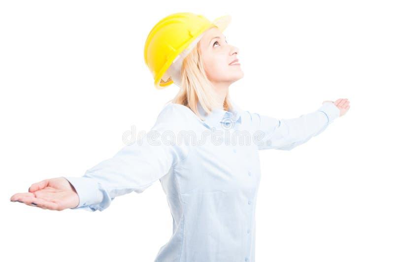 Porträt des weiblichen Ingenieurs das Schauen aufwerfend glücklich lizenzfreie stockfotos