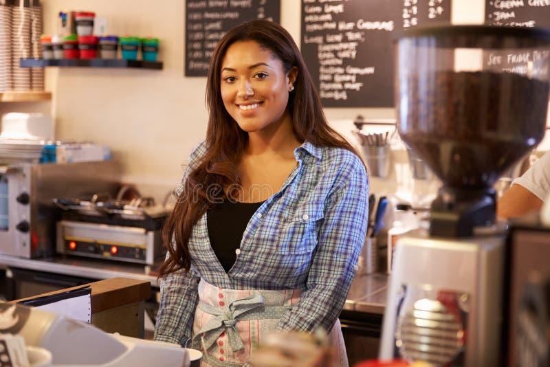Porträt des weiblichen Kaffeestube-Inhabers lizenzfreies stockfoto
