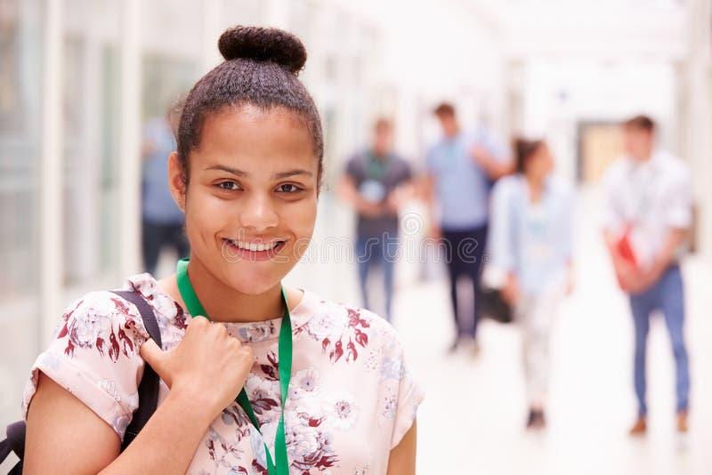 Porträt des weiblichen Studenten In Hallway lizenzfreie stockbilder