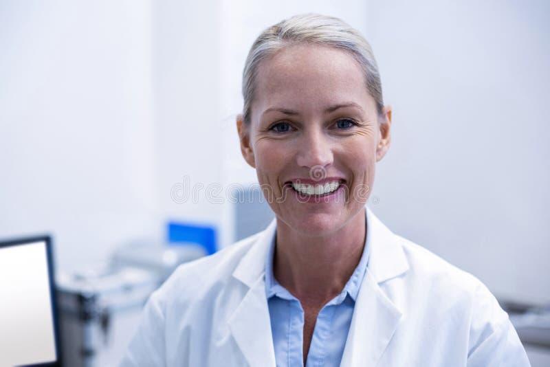 Porträt des weiblichen Zahnarztlächelns stockbilder