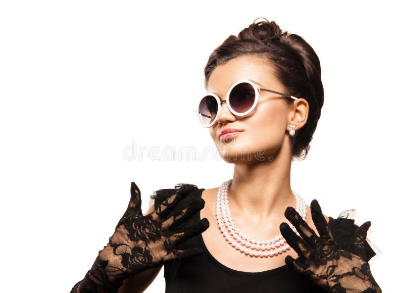 Porträt des wering Perlenschmucks der schönen Brunettefrau stockbilder