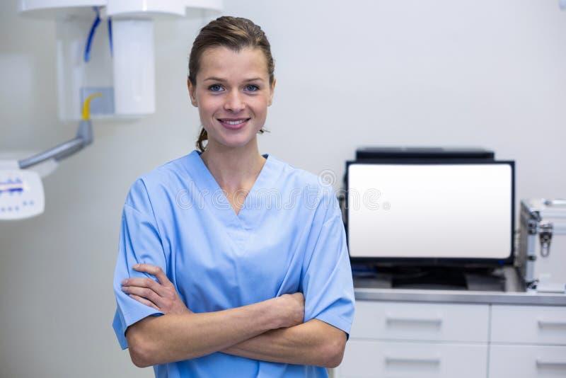 Porträt des Zahnarzthelfers stehend mit den Armen gekreuzt lizenzfreie stockfotografie