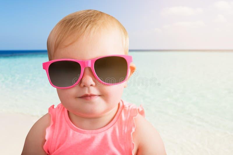 Porträt ein Baby-tragenden der Sonnenbrille lizenzfreies stockfoto
