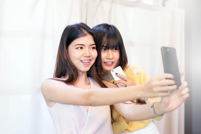 Porträt ein schönes asiatisches jugendlich Frauenlächeln, glücklich, Spaß und selfie mit Smartphone lizenzfreie stockbilder