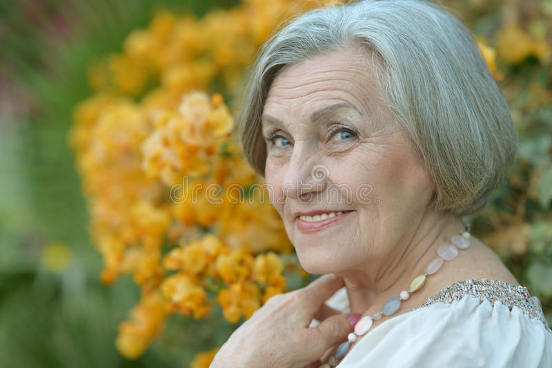 Porträt einer älteren Frau stockfotografie