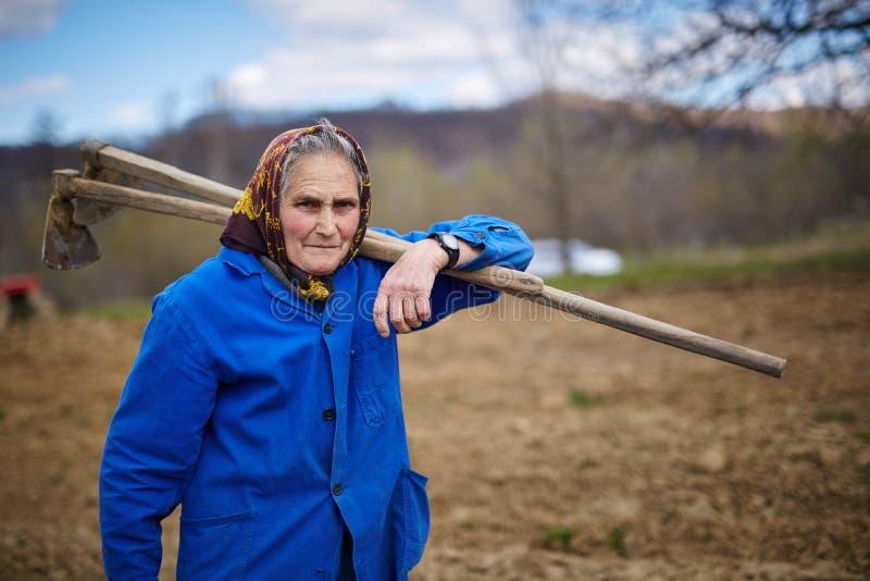 Porträt einer älteren Frau, die geht zu arbeiten stockfotos