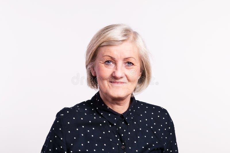 Porträt einer älteren Frau im Studio lizenzfreie stockbilder