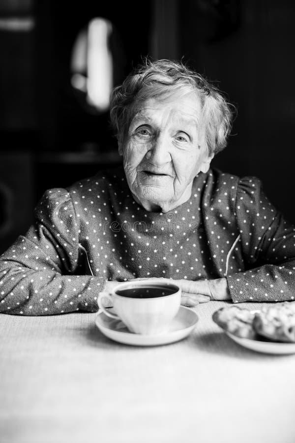 Porträt einer älteren Frau mit einer Tasse Tee lizenzfreie stockfotos