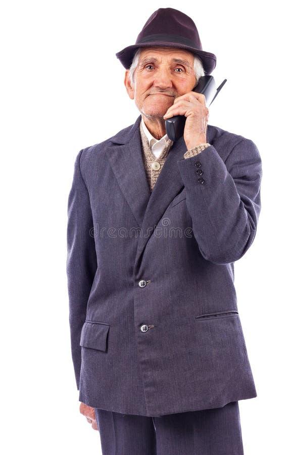 Porträt einer älteren Unterhaltung am Telefon lizenzfreie stockfotos