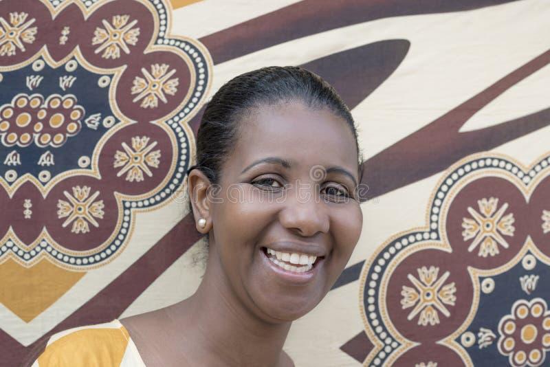 Porträt einer Afroschönheit (Mittelerwachsenfrau) stockbild