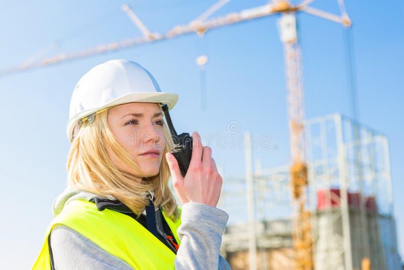 Porträt einer attraktiven Arbeitnehmerin auf einer Baustelle stockfotografie