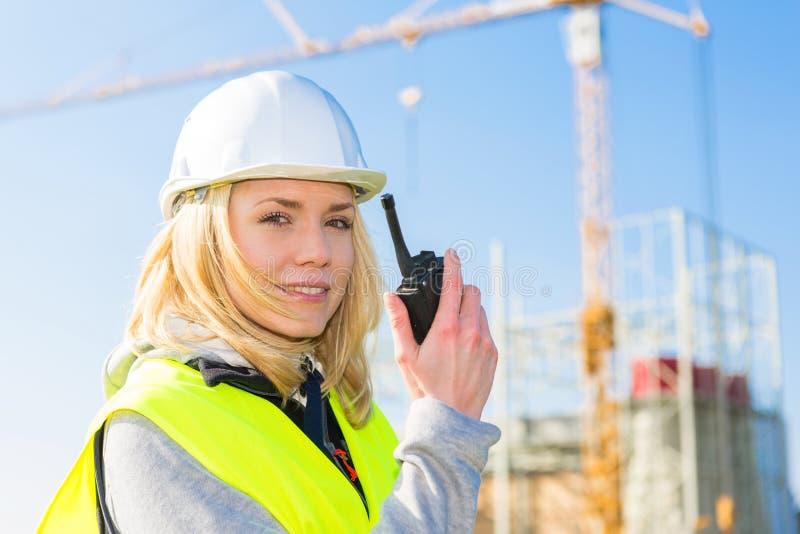 Porträt einer attraktiven Arbeitnehmerin auf einer Baustelle stockbild