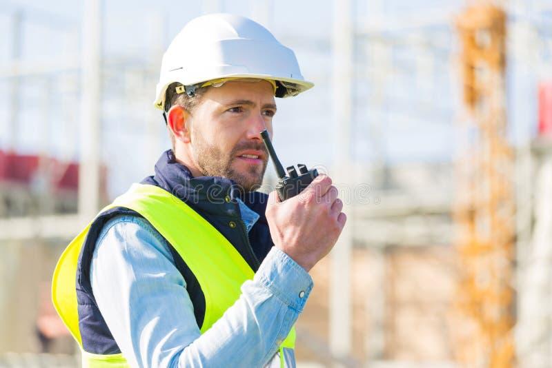 Porträt einer attraktiven Arbeitskraft auf einer Baustelle lizenzfreies stockfoto