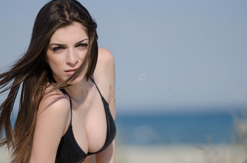 Porträt einer attraktiven Brunettefrau mit Bikini lizenzfreie stockfotos