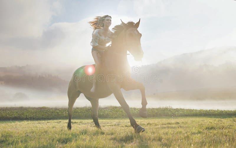 Porträt einer attraktiven Frau auf einem majestätischen Pferd lizenzfreie stockfotos