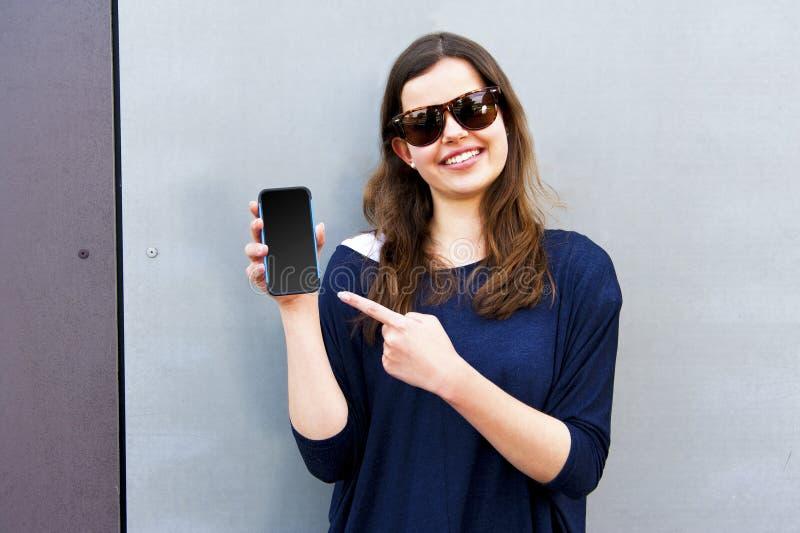 Porträt einer attraktiven glücklichen tragenden Sonne der jungen Frau des Brunette lizenzfreies stockfoto