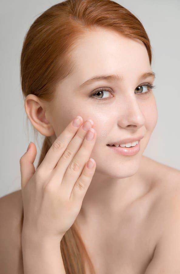 Porträt einer attraktiven jungen Rothaarigen mit sauberer frischer Haut an lizenzfreie stockfotografie