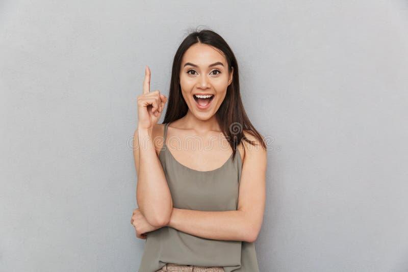 Porträt einer aufgeregten asiatischen Frau stockfoto