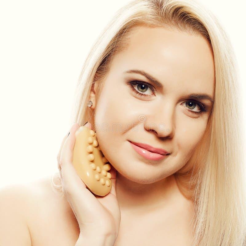Porträt einer Badekurortfrau Schönes blondes Mädchen nach Bad stockbild