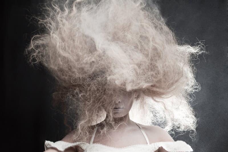 Porträt einer blassen Frau stockfotografie