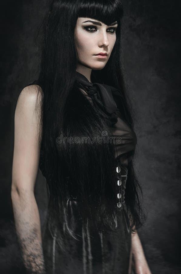 Porträt einer blassen gotischen Frau stockfoto