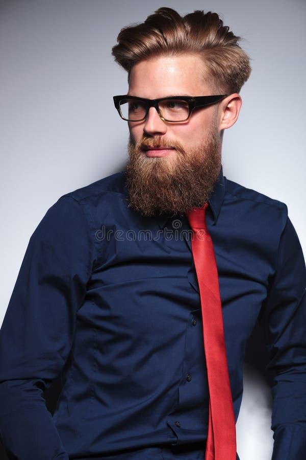 Porträt einer blonden Geschäftsmannaufstellung lizenzfreie stockfotografie