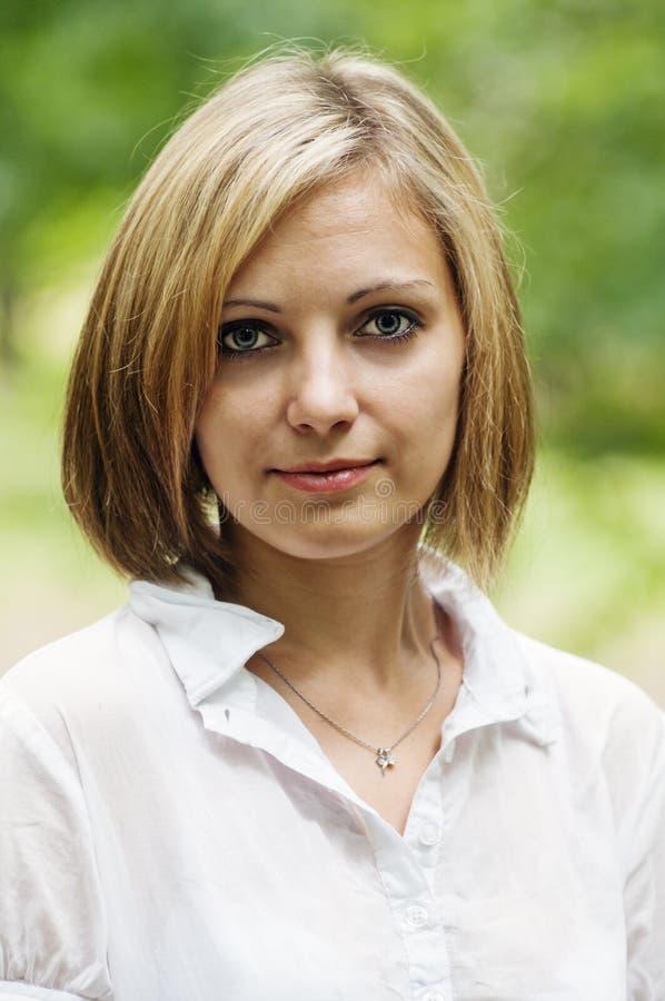 Porträt einer Blondine in einem Sommerpark Nahaufnahme lizenzfreie stockfotos
