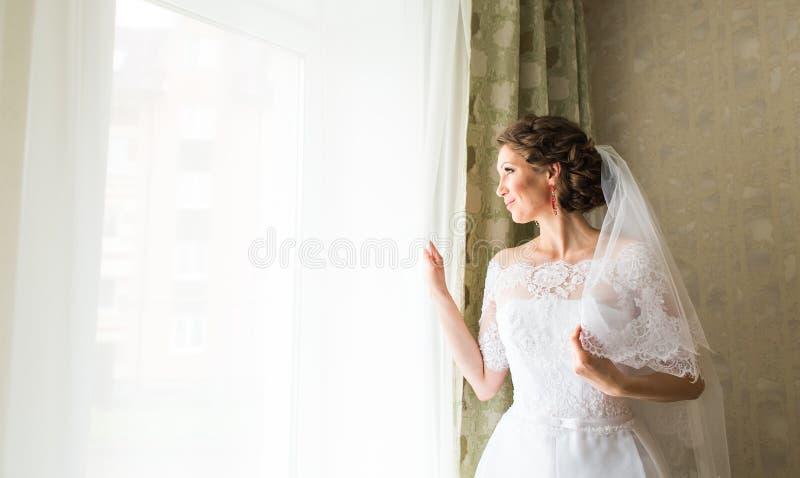 Porträt einer Braut mit Hochzeitsmake-up stockfotos