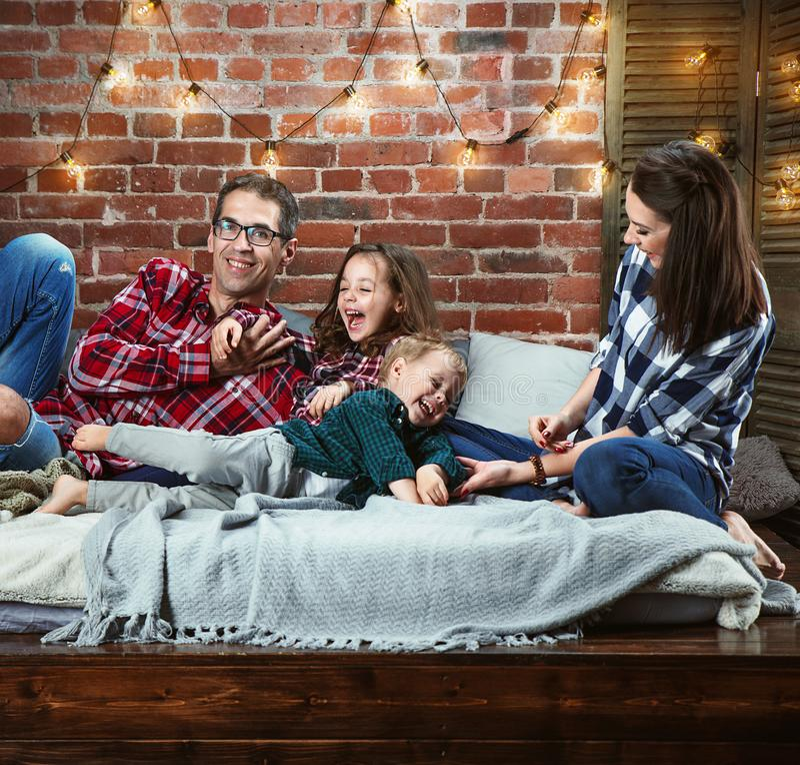Porträt einer cheerrful Familie, die in einem stilvollen Innenraum sich entspannt stockbilder