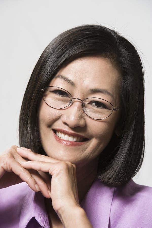 Porträt einer Chinesin mit den Händen auf Chin lizenzfreie stockfotos