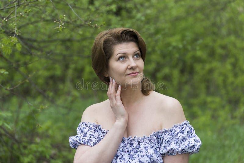 Porträt einer eleganten Frau im Kleid mit bloßen Schultern stockfoto