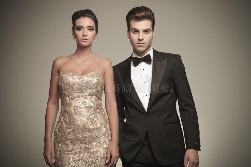 Porträt einer eleganten jungen Paaraufstellung lizenzfreies stockbild