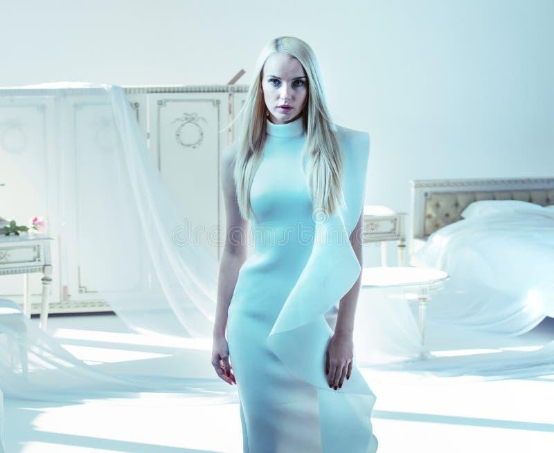 Porträt einer eleganten, stilvollen Dame in einem luxuriösen Innenraum lizenzfreie stockfotos