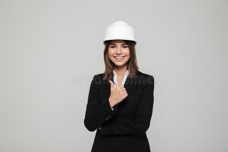 Porträt einer erfüllten überzeugten Frau im Schutzhelm stockfoto