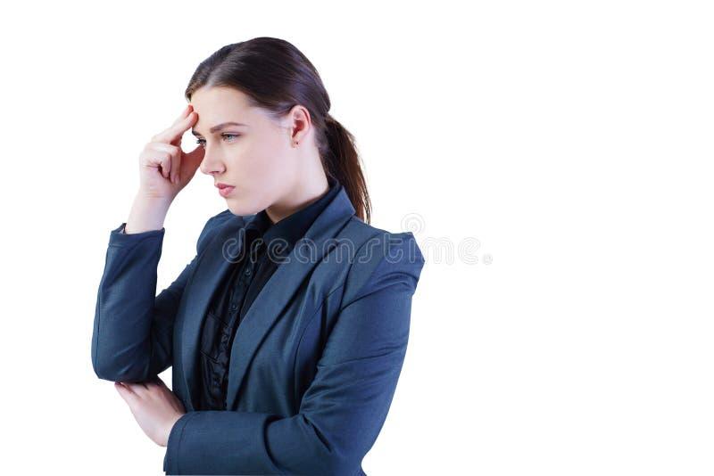 Porträt einer ernsten kaukasischen Geschäftsfrau, die auf lokalisiertem weißem Hintergrund denkt stockbilder