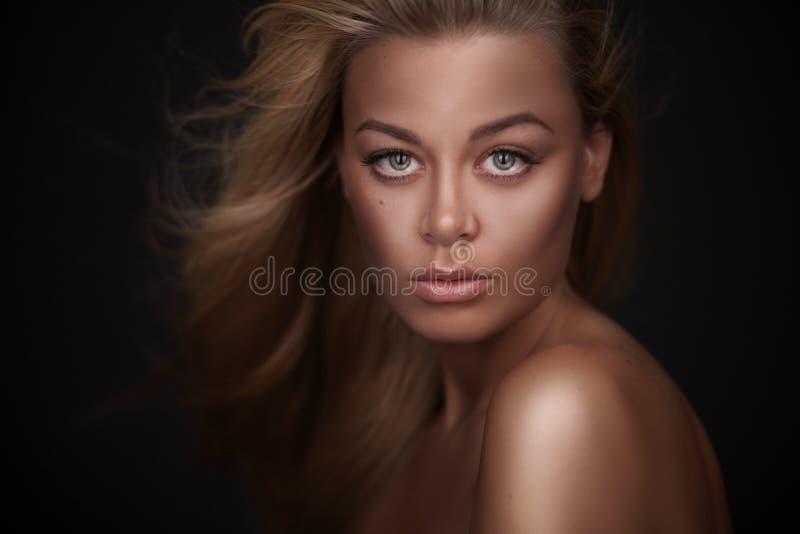 Porträt einer erstaunlichen blonden Schönheit stockbilder