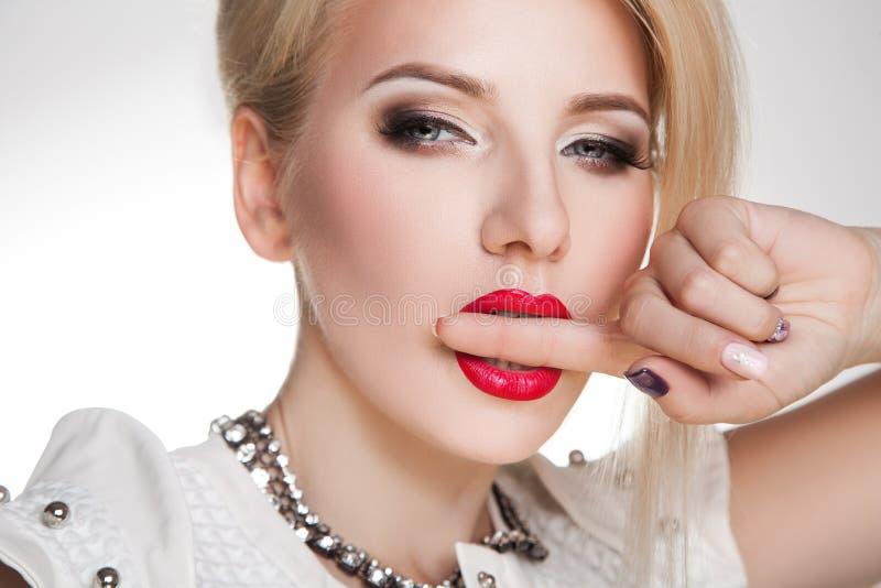 Porträt einer erstaunlichen blonden Schönheit stockfotos