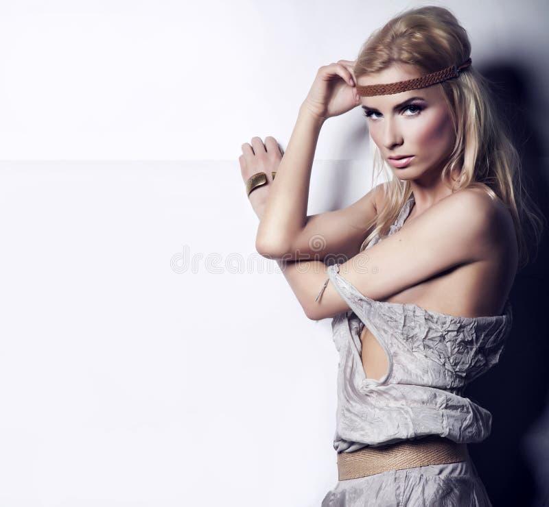 Porträt einer erstaunlichen blonden Schönheit lizenzfreies stockfoto