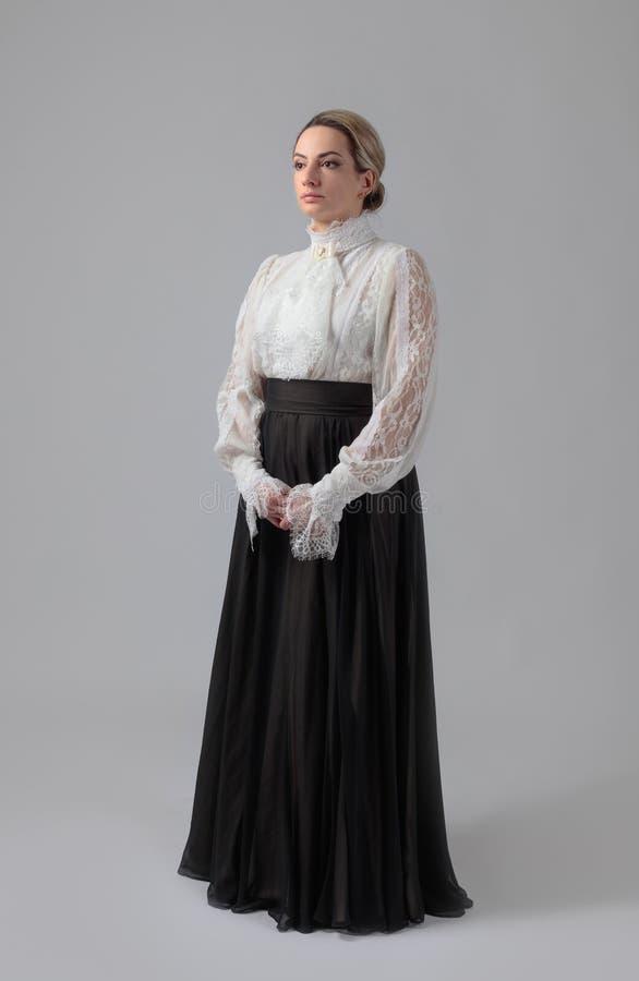 Porträt einer Frau in der viktorianischen Kleidung stockbilder
