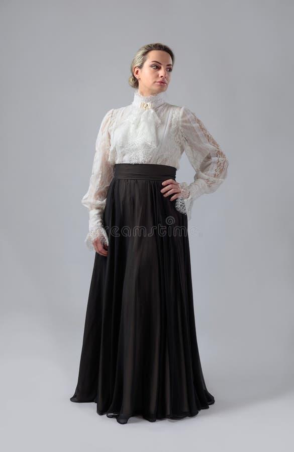 Porträt einer Frau in der viktorianischen Kleidung stockfotografie